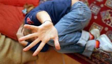 La follia di una mamma pazza: abbandona il figlio di 6 anni per il compagno. La ragazza non vuole rinunciare alla sua libertà