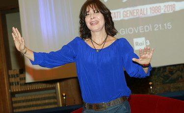 """Sabina Guzzanti la rossa nota la """"guerra dei poveri"""" con il sorriso dal suo salotto e se la prende con i commercianti, a pancia piena!"""