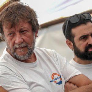 """Soldi cash e finte malattie: la Ong di Casarini sfruttava i migranti per """"brindare a champagne alla faccia degli italiani"""" (Video)"""