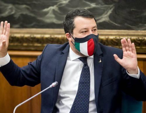 """Salvini va sotto sul coprifuoco, sbatte la testa nel muro e se la prende con la Meloni: """"Sta alla finestra, io invece…"""" Invece che? (Video)"""