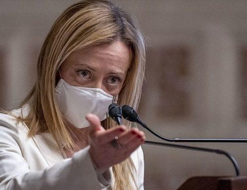 """Giorgia Meloni irrompe sulle restrizioni: """"Basta coprifuoco. L'accanimento di Draghi è anche peggio di quello di Conte"""""""