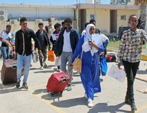 """Migranti, la Francia gioca sporco per obbligarci ad accoglierli: FdI smaschera il """"galletto"""""""