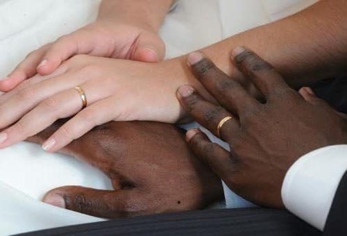 La prostituzione ha tante forme. In Sicilia donne italiane offerte in spose agli immigrati: scoperto il matrimonio di convenienza