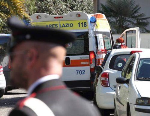 Orrore a Casal Palocco: colpisce con violenza la madre in testa. Lei, in ginocchio, chiede aiuto ai passanti