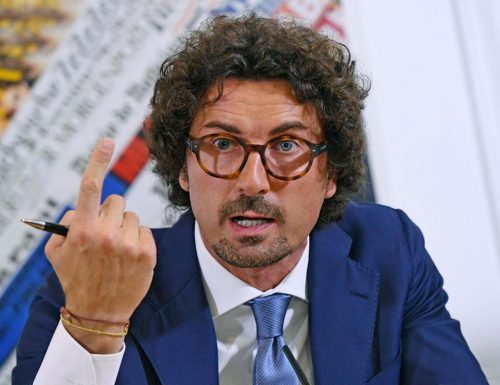 L'indiscrezione tutta da ridere, Toninelli candidato alla regione Lombardia: tra una gaffe e l'altra trova il coraggio di candidarsi?