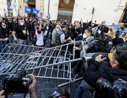 Proteste in piazza Montecitorio tra ristoratori e polizia. Sotto accusa Speranza e Salvini