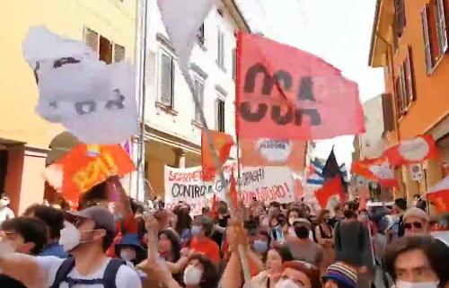 Corteo antifascista e slogan violenti e provocatori. Ai compagni il Covid non prende, per loro le ammucchiate sono consentite, ma solo a loro. (Video)