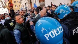 """La marcia su  Roma per urlare """"Io apro"""" sotto le finestre di Draghi. La situazione è fuori controllo"""