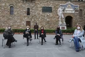 """L'ipocrisia della  sinistra, lancia la campagna #iomisiedo. Le """"assessore"""" toscane sulle sedie per la von der Leyen. Ma non piangono per gli italiani in povertà…."""