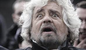 """Grillo si copre di ridicolo, ricorda Casaleggio ma non dimentica le frecciatine a Di Battista e gli altri ex M5s: """"Ci vorrebbe un neurologo"""" (Video)"""