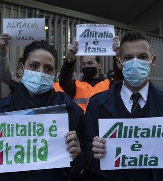 """I lavoratori Alitalia scendono in piazza e protestano contro la Ue: """"non svendete la nostra compagnia di bandiera"""""""