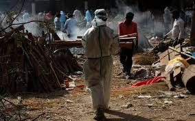 Covid, in India nuovo record di contagi e morti. Il ministro Speranza sotto accusa per i ritardi sui voli