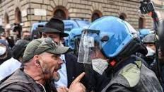 """Alta tensione al Circo Massimo: la rabbia dei Ristoratori non si placa: """"L'Italia ci ha lasciati in mutande"""". Scontri con la Polizia"""