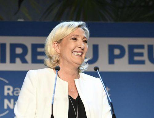 """Marine Le Pen sempre più su. I francesi  ormai provano """"disgusto"""" per Macron"""