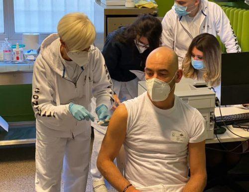 """Contro Bassetti scendono in campo No vax e complottisti: """"Si è vaccinato per finta"""". Ma il virologo risponde: """"Asini"""""""
