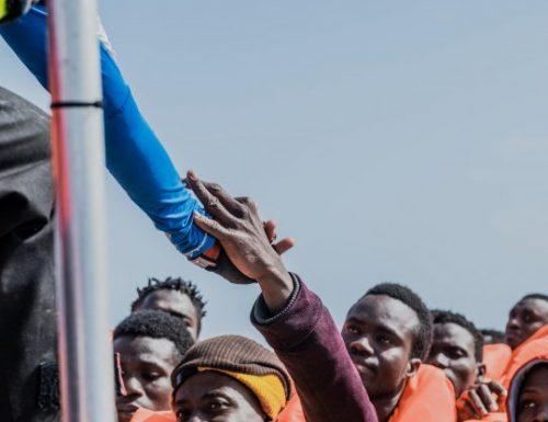 """Migranti, a Lampedusa la situazione è fuori cintrollo: oltre 2mila clandestini in meno 24 ore. I soccorritori: """"Sabotano i motori e chiedono aiuto"""""""