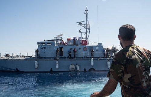 I libici sparano  da una motovedetta regalata dall'Italia e Di Maio cerca di fare il ministro (Video)