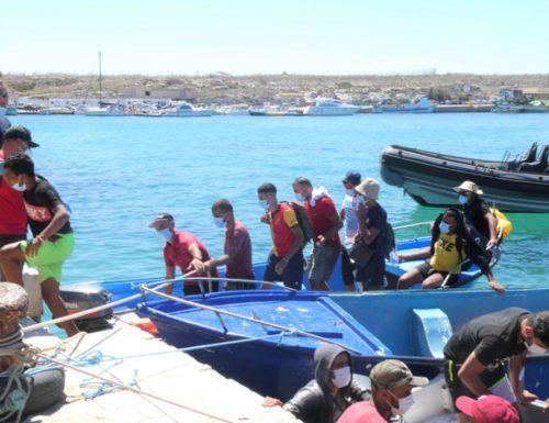 """Boom di sbarchi a Lampedusa. Prende piede la rotta libica. Fratelli d'Italia: """"Subito il blocco navale"""""""