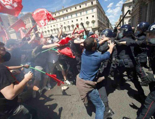 La manifestazione dei Cobas a Montecitorio finisce a carte 48. Ferito un carabiniere. Sette i fermati
