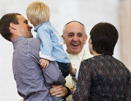 """Ddl Zan, il Papa: """"La famiglia nasce dall'unione di un uomo e una donna"""". Giorgia Meloni: """"La sinistra vuole distruggerla"""""""
