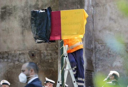"""La colossale gaffe della Raggi: nella targa per la piazza a Ciampi sbaglia il nome, c'è scritto """"Azelio"""", forse è il barbiere di Piazza di Spagna"""
