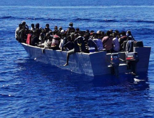 Migranti, fiumi di sbarchi a Lampedusa: circa 300 in meno di 24 ore. Ma per il sindaco va tutto bene, si Madama la Marchesa
