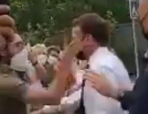 Individuato  l'aggressore di Macron: prima dello schiaffo l'urlo monarca (Video dello schiaffo)