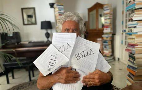 Il comico Grillo caccia l'artiglieria pesante: dossier segreto contro Conte. Ecco il contenuto