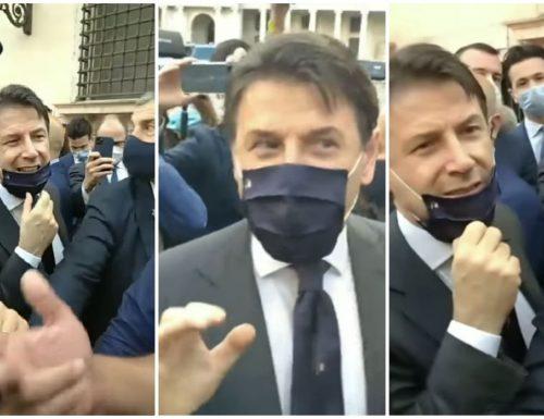 """Conte a Napoli fa la figura del cioccolatino: fischi e pernacchie a volontà dai dissidenti 5S: """"No alleanze"""". E la replica non si fa attendere: """"Voci fuori dal coro"""""""