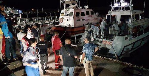 Migranti, sbarchi senza sosta: in 65 a Crotone. E sulla rotta balcanica gli arrivi triplicano