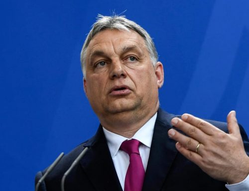 """Omosessualità, Orban pugno di ferro: """"non ritiro la legge, i comunisti e non io negavano i diritti dei gay"""". E Meloni: """"Dalla sinistra due pesi e due misure"""""""