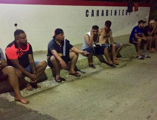 Lampedusa sotto assedio, scoppia: 11 sbarchi in 24 ore, 1200 migranti quando l'hotspot ne può ospitare massimo 250