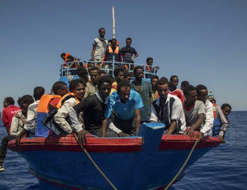 """Lampedusa sotto assedio. Gli sbarchi non si contano: 6, solo nelle ultime ore. E la Ocean Viking vuole mettere le tende. Giorgia Meloni: """"Non siamo servi"""""""