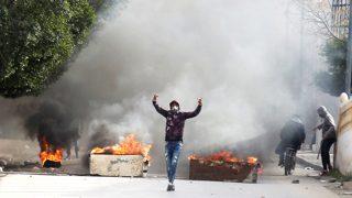 Tunisia, guerriglia e disordini di fronte al Parlamento