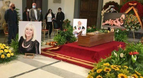 L'ultimo saluto a Raffaella Carrà tra applausi e lacrime (Video)