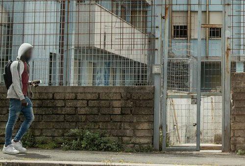 Attimi di terrore a Roma: migrante tenta di strangolare un agente