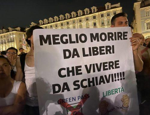"""Manifestazioni da Roma a Milano al grido """"Libertà, libertà"""" contro il green pass. E intanto i contagi salgono ancora: 5140"""