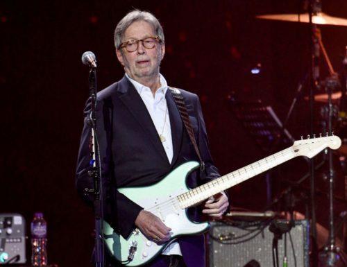 """Eric Clapton a valanga contro il Green Passs: """"Non suono dove lo chiedono. Così si discrimina"""""""