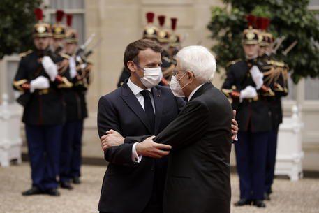 Buon viso a cattivo gioco: Mattarella e Macron si vogliono bene. Ma allora perché la Francia ha cacciato l'Italia dalla Libia