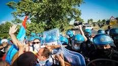 La Whirlpool di Napoli licenzia 340 dipendenti. Impazza la protesta degli operai