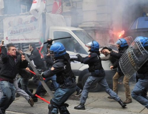 Caos No tav, assalto alla Polizia con bombe carta: diversi feriti. L'ira degli agenti: rischiamo la nostra vita