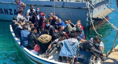 Lampedusa, gli sbarchi non si fermano: altri 551 migranti in poche ore e altri pronti a sbarcare sotto gli occhi di una politica assente