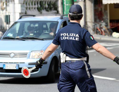 Foligno si trasforma in un ring, sferra un pugno alla poliziotta perché fermata mentre  era alla guida parlando al cellulare