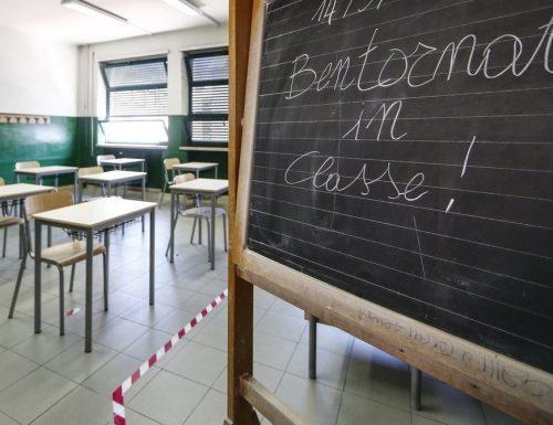 Scuola, raggiunto l'accordo: tamponi gratis per gli insegnanti e distanziamento. Ma restano le zone grige