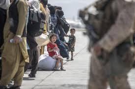 Arrivederci Afghanistan,  l'Italia saluta: partito l'ultimo volo da Kabul. A bordo anche l'eroe Claudi
