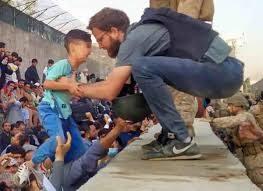 C'è chi colleziona figure di mer**, come Di Maio, e chi gliela toglie la mer** dalla faccia, come  Tommaso Claudi, l'eroe italiano a Kabul