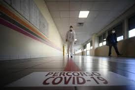 Salgono i contagi, il Green Pass non tiene. E intanto si indaga sull'infermiere di Napoli morto di Covid nonostante le due dosi di Pfizer