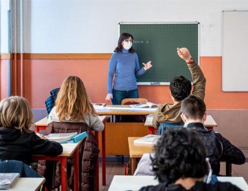 """Scuola nel pantano, si parte tra confusione e dubbi. E i presidi: """"Niente tamponi gratis ai prof non vax"""""""