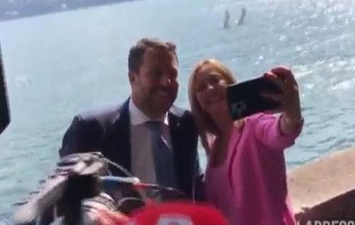 Cernobbio, abbraccio tra Salvini e Meloni