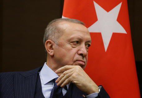 […] La vendetta di  Erdogan: espelle 10 ambasciatori, tranne quello italiano